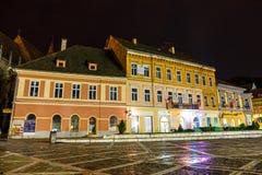 Vue de nuit de place du Conseil le 15 juillet 2014 en Brasov, Roumanie Images stock