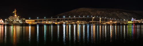 Vue de nuit de pont de Tromso avec des lumières dans la ville de Tromso dedans photo libre de droits