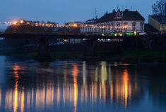 Vue de nuit de pont en pierre piétonnier, Uzhgorod, Ukraine Photos stock