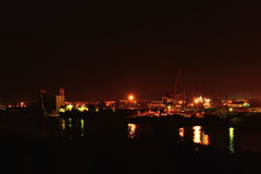 Vue de nuit de port fluvial Pont et bâtiments Photographie stock libre de droits