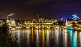 Vue de nuit de remblai du Rhin à Bâle Images stock