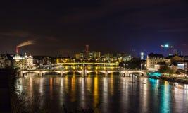 Vue de nuit de remblai du Rhin à Bâle - en Suisse Image stock