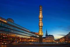 Vue de nuit de Sergels Torg avec l'obélisque en verre Image libre de droits