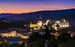 Vue de nuit de Sighisoara, Roumanie après le coucher du soleil Photographie stock