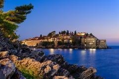 Vue de nuit de Sveti Stefan Photographie stock libre de droits
