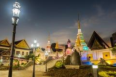 Vue de nuit de temple thaïlandais avec le chedi et de monument sur la barque Photographie stock libre de droits