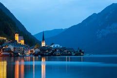 Vue de nuit de village de Hallstatt Photo stock