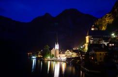 Vue de nuit de village de Hallstatt Images libres de droits