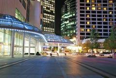 Vue de nuit de vue moderne de construction et de rue dans d Photos libres de droits