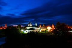 Vue de nuit des églises lumineuses célèbres dans Suzdal, Russie pendant une nuit nuageuse Photos stock