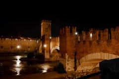 Vue de nuit des Di Vérone, Italie de Castelvecchio Pont de Scaliger au-dessus de la rivière de l'Adige images libres de droits
