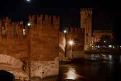 Vue de nuit des Di Vérone, Italie de Castelvecchio Pont de Scaliger au-dessus de la rivière de l'Adige images stock