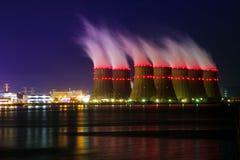 Vue de nuit des tours de refroidissement de la centrale nucléaire de Novovoronezh de la Co Photo stock