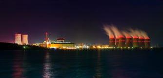 Vue de nuit des tours de refroidissement de la centrale nucléaire de Novovoronezh de la Co Images libres de droits