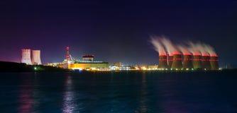 Vue de nuit des tours de refroidissement de la centrale nucléaire de Novovoronezh de la Co Photo libre de droits