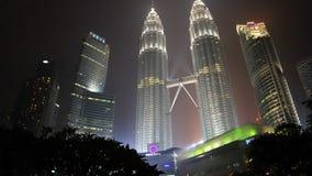 Vue de nuit des Tours jumelles de Petronas en Kuala Lumpur Images stock