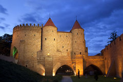 Vue de nuit du château de la barbacane de Varsovie Photo stock