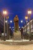 Vue de nuit du monument à l'auteur Nikolai Gogol sur Malaya Konyushennaya Street à St Petersburg images stock