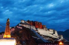 Vue de nuit du Palais du Potala Image stock