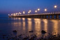 Vue de nuit du pilier au bord de la mer Images libres de droits