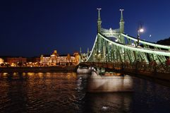 Vue de nuit du pont à chaînes sur le Danube dans la ville de Budapest hungary images stock