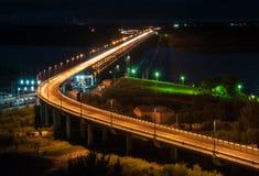 Vue de nuit du pont de Khabarovsk à travers le fleuve Amur Image libre de droits