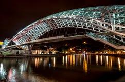 Vue de nuit du pont de la paix au-dessus de la rivière Kura Photos stock