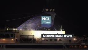 Vue de nuit du pont supérieur du bijou norvégien de revêtement de croisière avec de la fumée de épanchement de tuyau banque de vidéos