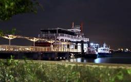 Vue de nuit du stationnement près de la station de bateau, Singapour janv. 2018 image stock