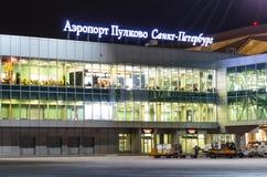 Vue de nuit du terminal d'International d'aéroport La Russie, St Petersburg en avril 2017 Image stock