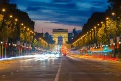 Vue de nuit du trafic de Paris dans la rue de Champs-Elysees et l'arc Photos libres de droits