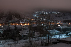 Vue de nuit du village de Kazbegi Photos libres de droits