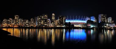 Vue de nuit de False Creek photographie stock libre de droits