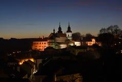 Vue de nuit de l'église et du château Image stock
