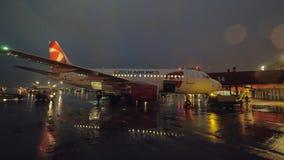 Vue de nuit de l'avion de Czech Airlines étant prêt pour décharger le bagage banque de vidéos