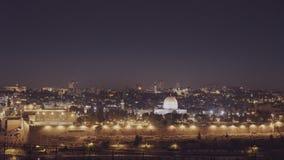 Vue de nuit de l'Esplanade des mosquées et du dôme de la mosquée de roche à Jérusalem banque de vidéos