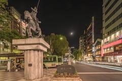 Vue de nuit de la place devant la station de train de Nippori dans le secteur d'Arakawa de Tokyo avec une statue d'Ota Dokan photos libres de droits