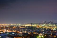 Vue de nuit de la ville et de l'éclairage du raffinerie de pétrole Photo stock