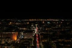 Vue de nuit de la ville lumineuse, les traînées de la coupe de lumières de voiture photos stock