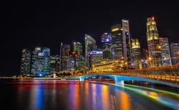 Vue de nuit de Marina Bay, Singapour Photo stock