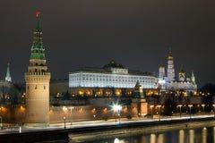 Vue de nuit de Moscou Kremlin du pont en pierre Image stock
