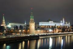 Vue de nuit de Moscou Kremlin du pont en pierre Images stock