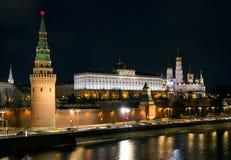 Vue de nuit de Moscou Kremlin du pont en pierre Photos libres de droits