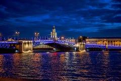 Vue de nuit de Neva River avec des ponts-levis St Petersburg, RU Photo libre de droits