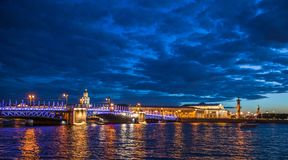 Vue de nuit de Neva River avec des ponts-levis St Petersburg, RU Image libre de droits