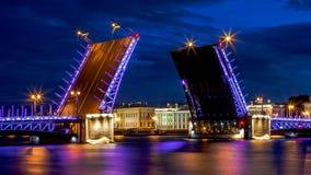 Vue de nuit de Neva River avec des ponts-levis St Petersburg, RU Photographie stock
