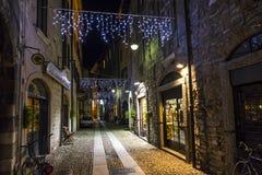 Vue de nuit de par l'intermédiaire de rue de Vitani dans la vieille ville de Como, Italie Image stock