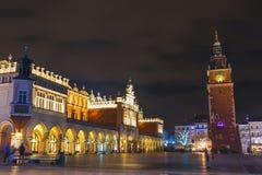 Vue de nuit de place principale du marché à Cracovie Photo stock