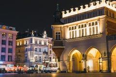 Vue de nuit de place principale du marché à Cracovie Cracovie est une de la ville la plus belle en Pologne Image stock