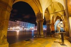 Vue de nuit de place principale du marché à Cracovie Cracovie est une de la ville la plus belle en Pologne Images stock